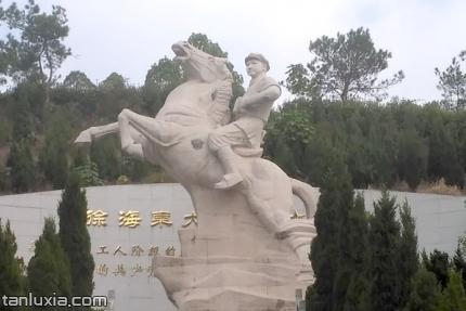 徐海東大將親屬烈士陵園景點:徐海東大將騎馬雕像