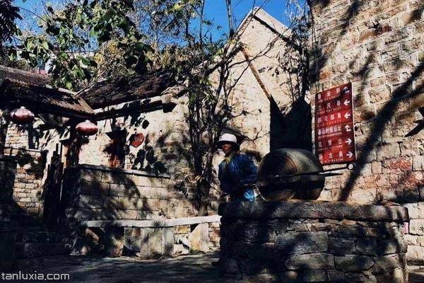 村民在拉石碾子