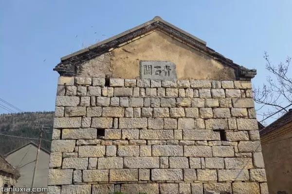 刻着青石关三个大字的石头房子