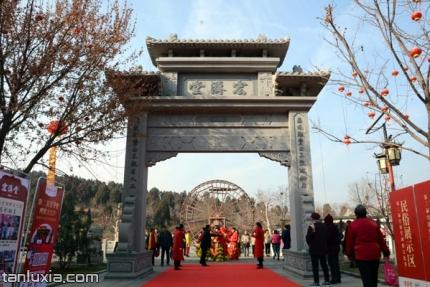 宏濟堂中醫藥文化産業園景點:宏濟堂石牌坊