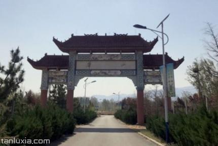 萊蕪華山森林公園景點:華山入口牌坊