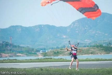 莱芜鹰飞跳伞基地景点:跳伞着地瞬间