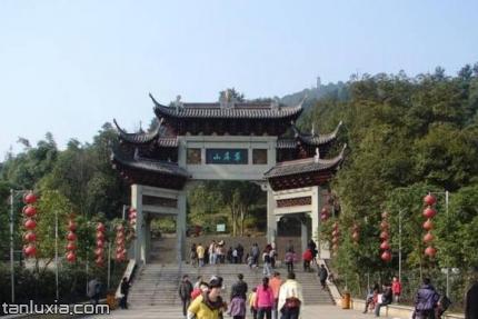平阴翠屏山景点:翠屏山入口牌坊
