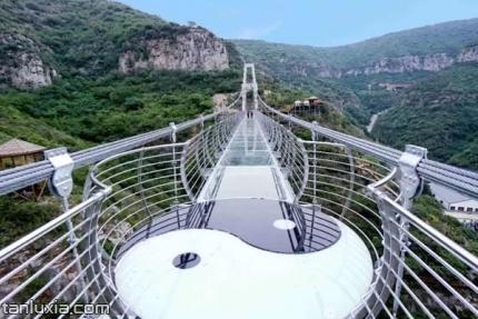 济南青铜山大峡谷景点:空中7D玻璃栈桥
