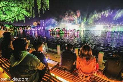 泉城夜宴·明湖秀景点:灯光秀现场
