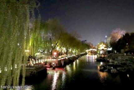 济南护城河景点:夜幕中的护城河