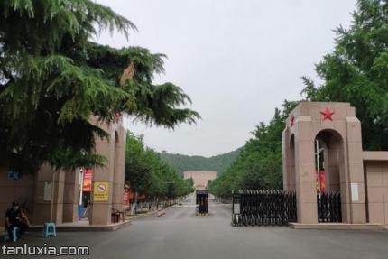 英雄山烈士陵园景点:英雄山入口