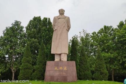 英雄山烈士陵园景点:毛主席塑像