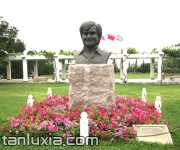 百利先生雕像